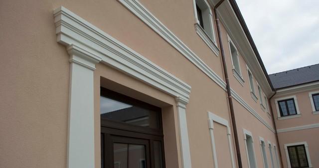 Dodatečné tvarové dekorativní prvky na fasádě