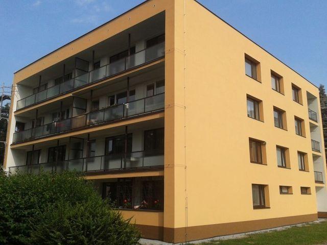 Obrázek 1 pro referenci Zateplení fasády BD bílým polystyrenem Týnec nad Sázavou | STAVBA 6004