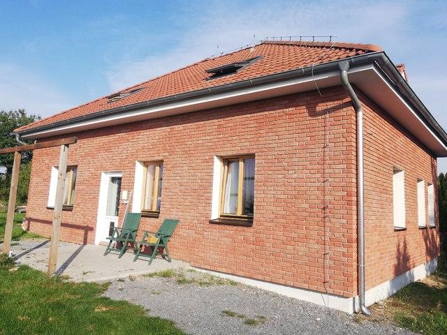Obrázek 1 pro referenci Zateplení fasády RD šedým EPS s Klinker obklady Dolní Břežany | STAVBA  191019