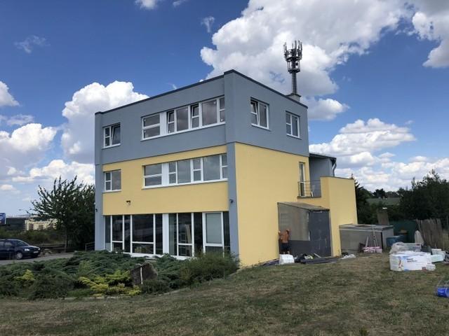 Obrázek 1 pro referenci Zateplení fasády průmyslové budovy šedým polystyrenem Praha Slivenec | STAVBA 181024